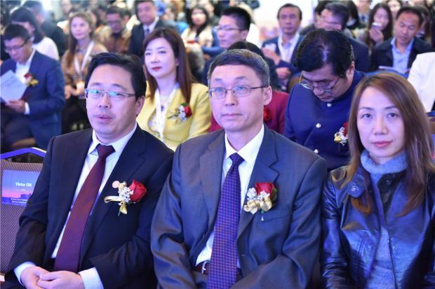 3、左起:孙志峰会长、韩涛总领事、王莹总裁.jpg
